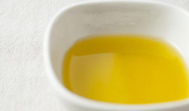 オリーブオイルを使って、おヘソの掃除