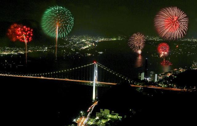 両岸から打上げ「関門海峡花火大会2016」8月13日