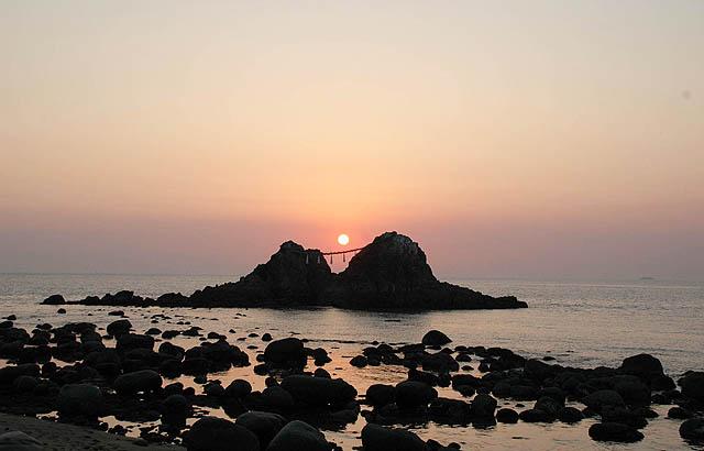 夕日の名所「二見ヶ浦」夏至に太陽が夫婦岩の真ん中に沈みます