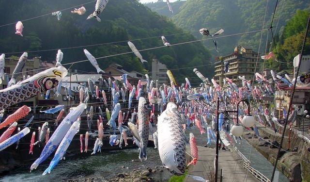 博多駅 つばめの杜ひろばで「杖立温泉こいのぼり祭り」