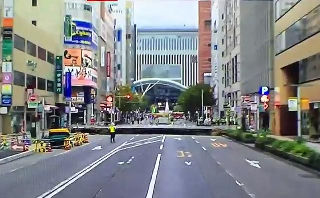 博多駅前の道路が陥没 注意してください