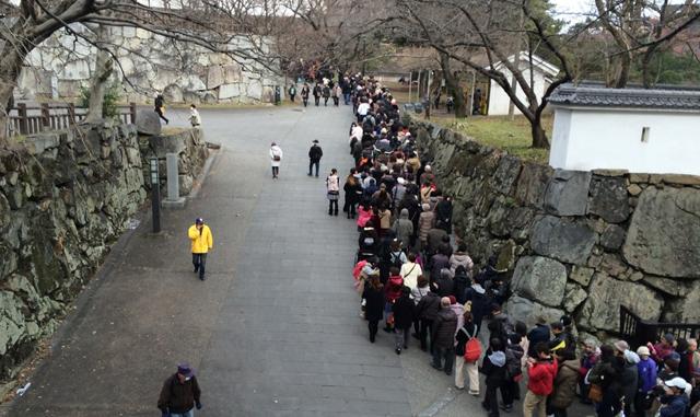 年始恒例の「小倉城おしるこ会」先着2000人に振る舞い