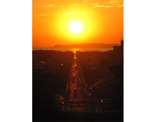 宮地嶽神社「光の道」まばゆいばかりの夕陽が参道のまっすぐ先に沈んでいく光景