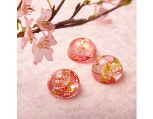 桜のシルクフラワーと金箔を透明樹脂に封じ込めたブローチ