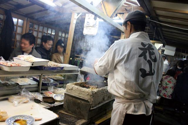 燻製鶏ムネ肉と焼チーズが旨すぎる!「華丸・大吉のなんしようと?」で絶賛された老舗屋台「花山」がガチで天国でした