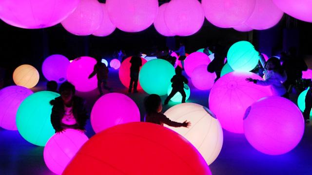 光のボールでオーケストラ / Light Ball Orchestra teamLab, 2013-, Interactive Installation, Sound: teamLab