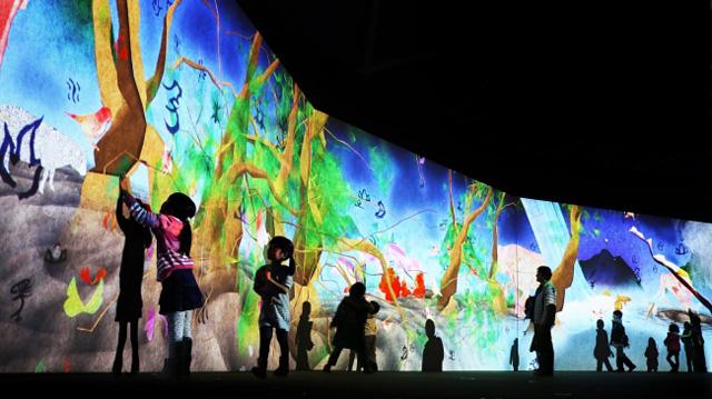 まだ かみさまが いたるところにいたころの ものがたり /Story of the Time when Gods were Everywhere Sisyu + teamLab, 2013, Interactive Digital Installation, Calligraphy: Sisyu, Sound: Hideaki Takahashi