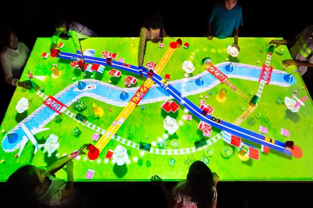 つながる!積み木のまち / Connecting! Block Town teamLab, 2016, Interactive Digital Installation, Wooden blocks, Sound: Hideaki Takahashi
