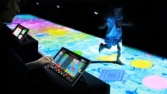 つくる!僕の天才ケンケンパ / Create! Hopscotch for Geniuses teamLab, 2015-, Interactive Digital Installation, Sound: teamLab
