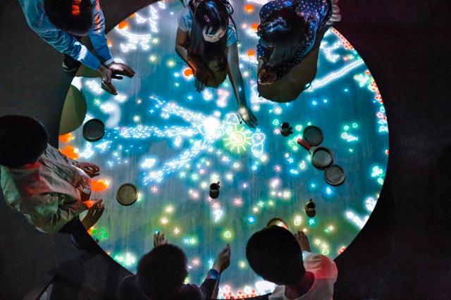 小人が住まうテーブル / A Table where Little People Live teamLab, 2013-, Interactive Digital Installation