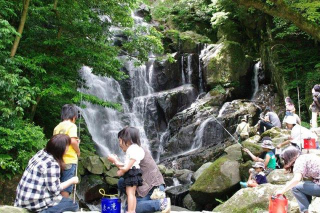 マイナスイオンと自然あふれる憩いの場「そうめん流しにヤマメ釣り」白糸の滝で滝開き(式典)