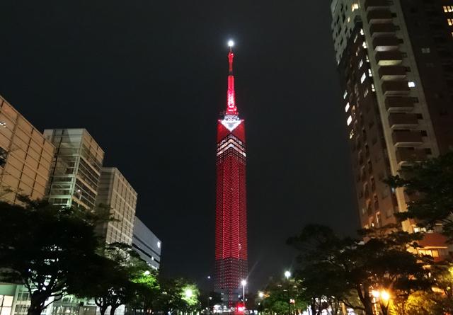 福岡タワーが真っ赤に染まる「展望の日」
