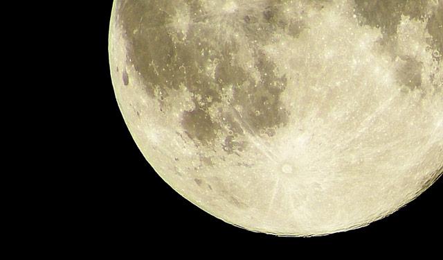 今日深夜の満月は今年最も大きな「スーパームーン」
