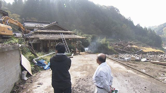 銀之丞さんと変わり果てた村の風景 ※画像提供:NHK福岡放送局