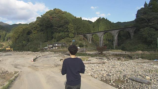 寺島さんと変わり果てた村の風景 ※画像提供:NHK福岡放送局