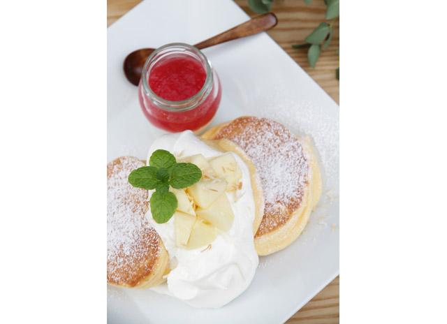 国産りんご紅の夢とギリシャヨーグルトソースの、りんごパンケーキ