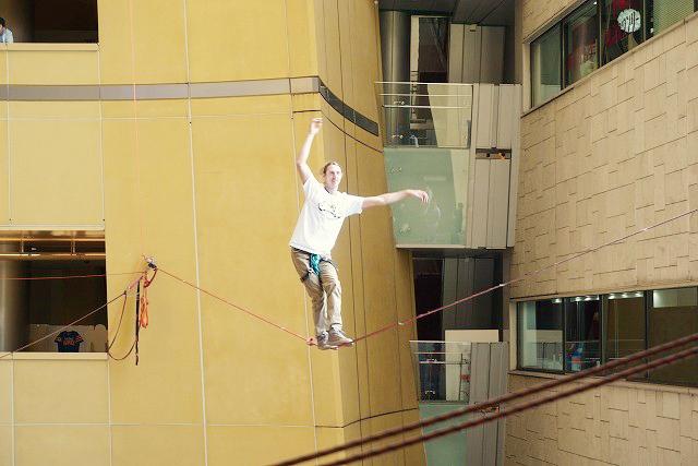 リバーウォーク北九州 エナジーコート空中で綱渡りイベント開催!