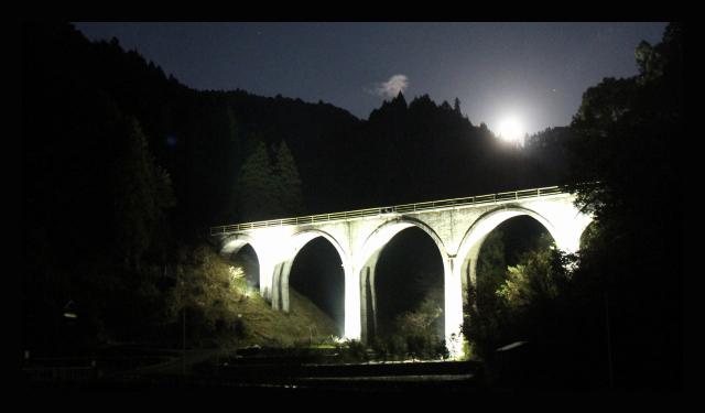 夜空に浮かぶアーチ橋「めがね橋ライトアップ」東峰村
