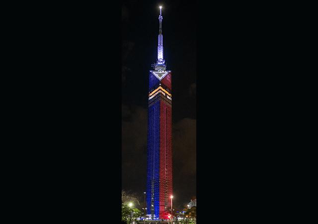 """福岡タワーが""""青と赤のスター・ウォーズ色""""にライトアップ!「スター・ウォーズ」ライティング!異なる単色を左右に同時点灯するのは福岡タワー史上初!"""