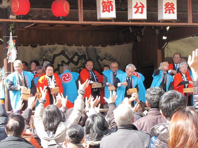 住吉神社「節分祭」撒かれた豆の中に当たり券があれば、福引きができます