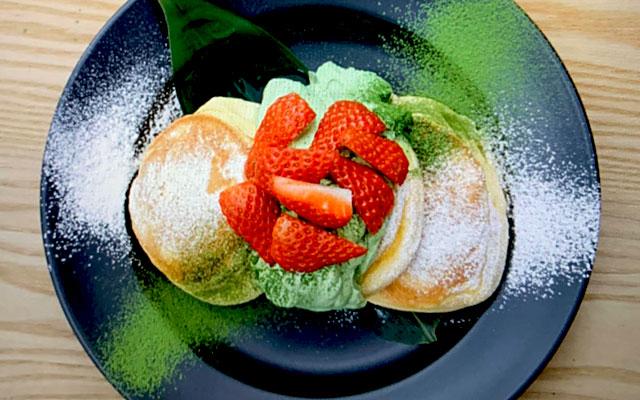 幸せのパンケーキ淡路島リゾート店限定の『練乳いちごと宇治抹茶ホイップパンケーキ』が全店で期間限定登場