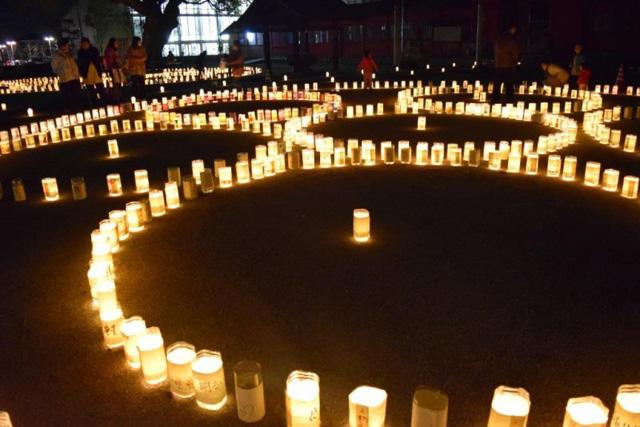 浄闇を照らす燈明の明かりが美しく輝く 北野天満宮「千灯明祭」