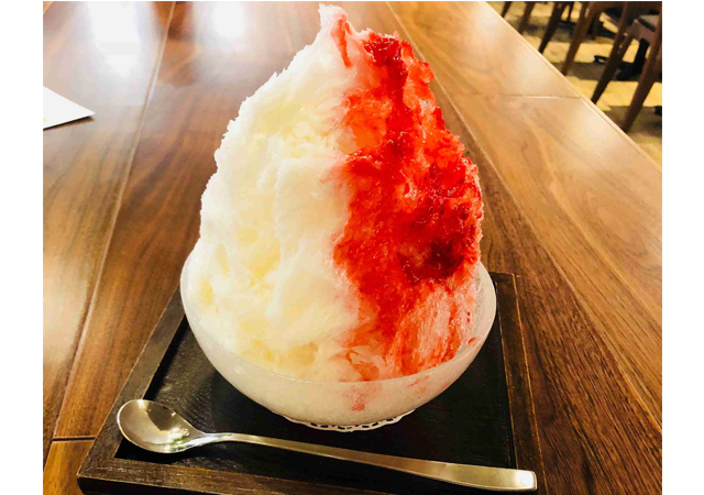 フワフワ氷に練乳と苺シロップをかけた「濃い苺みるく」モモチカフェ&ダイニングで販売中!