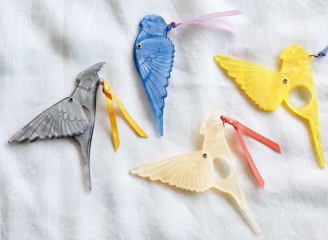 フェリシモ小鳥部™から「スサーッと翼を広げる 小鳥のマスコットルーペ」登場
