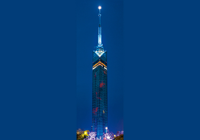 福岡タワーの中を金魚が泳ぐ「アクアリウムイルミネーション」点灯
