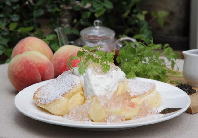 幸せのパンケーキから季節限定メニュー「国産白桃のローズヒップピーチパンケーキ」発売へ