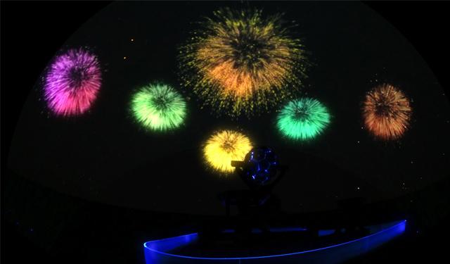 福岡市科学館ドームシアター(プラネタリウム)「プラネ de 花火」実写花火映像やバーチャル花火映像を投映