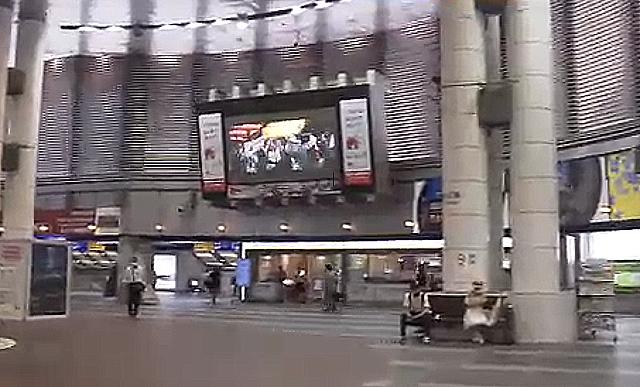小倉駅構内の大型画面にコロナで中止の夏祭り映像を上映