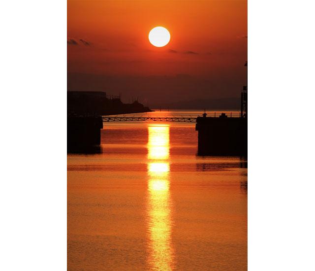 年に2回だけ現れる奇跡の絶景、世界遺産の三池港から見える「光の航路」