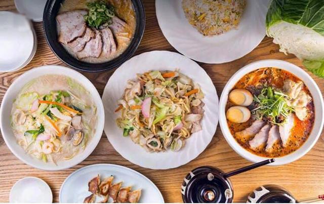 博多皿うどんをはじめ様々な料理が並ぶ 町の中華料理店「元祖ぴかいち 薬院店」オープン!