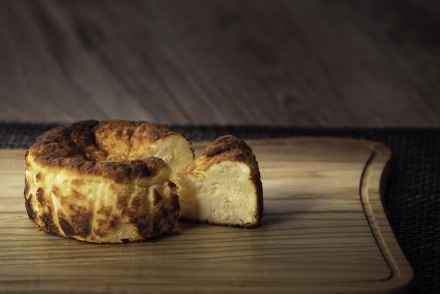 ロイヤルデリからバスク風チーズケーキ「タルタ・デ・ケソ」販売中 ~スペインの本格的な濃厚チーズの味わいをご家庭にお届け~