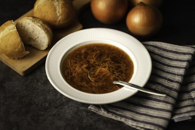 フランス料理店から始まった伝統の味をご自宅で。ロイヤル伝統の一品「フレンチオニオンスープ」3月8日販売開始