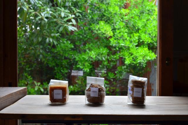 太宰府のギャラリー「侘」&古民家カフェ「MIDLE.」にて『 沖縄の器ヤチムンと焼き菓子展 YACHIMOON×comum』期間限定で開催