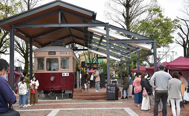 大牟田駅西口駅前 路面電車204号に「hara harmony coffee」がオープン レトロな路面電車がカフェに