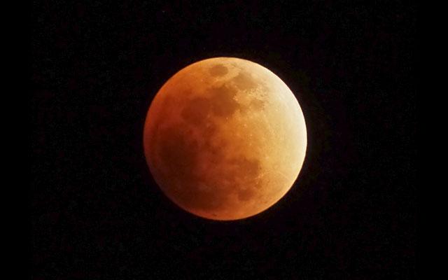 ドラマチックな天文ショー、月末は「スーパームーン皆既月食」